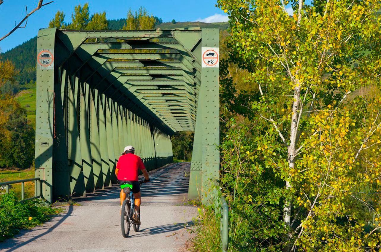 Atravesar el puente de San Martín de Toranzo, otra aventura en el camino. Foto: Age Fotostock