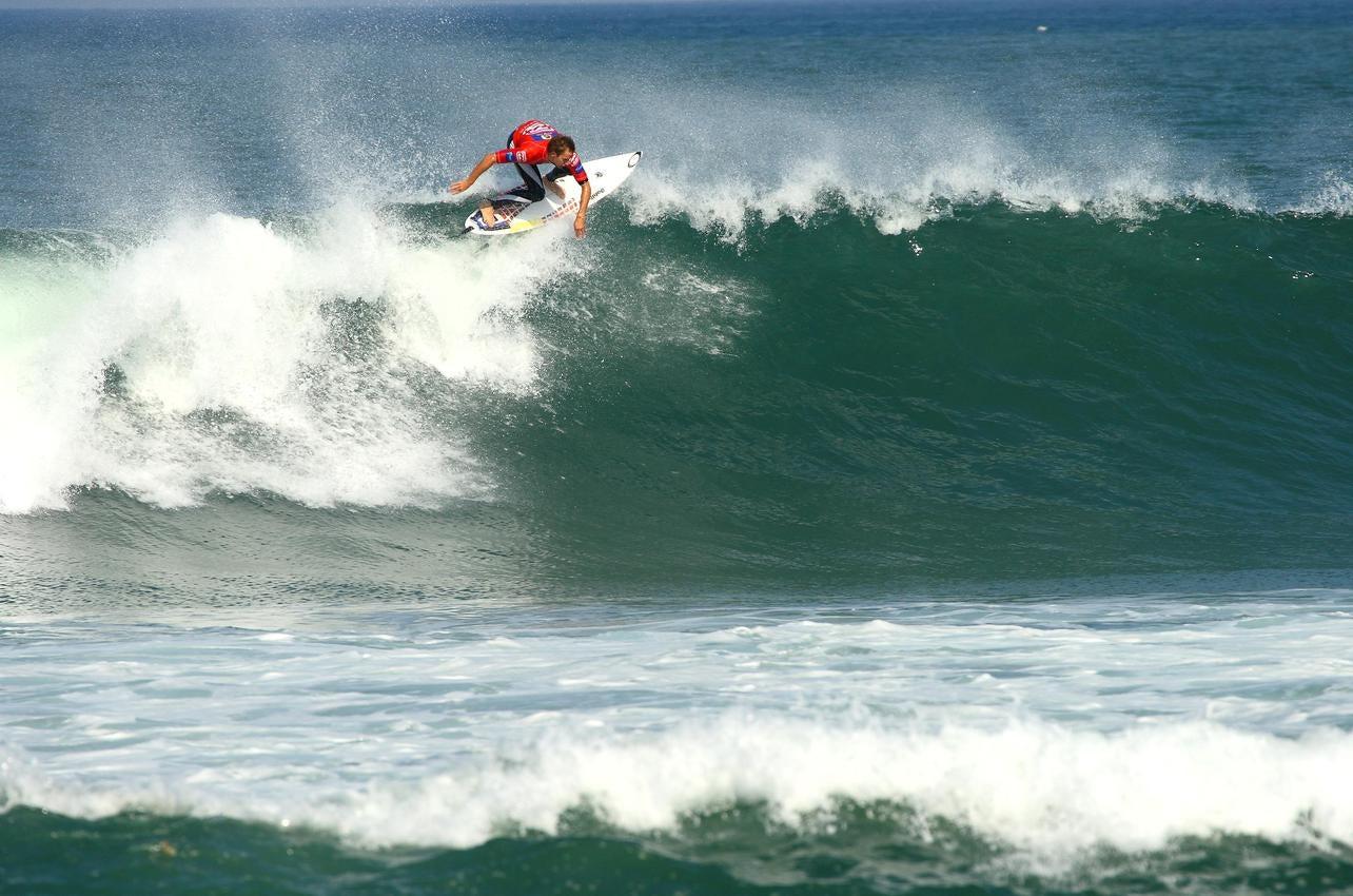 Vista de un surfero en la playa