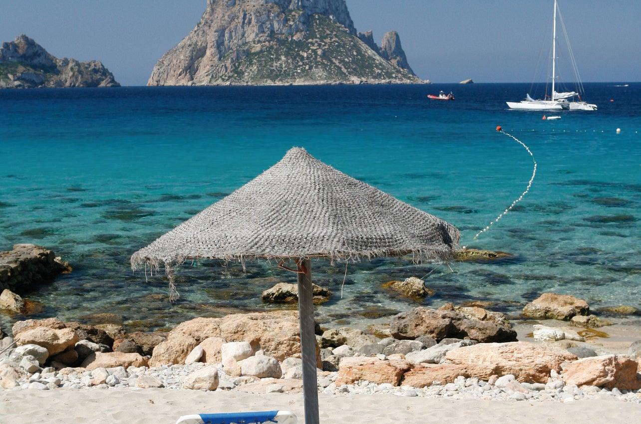Vista del islote de Es Vedrá desde la playa