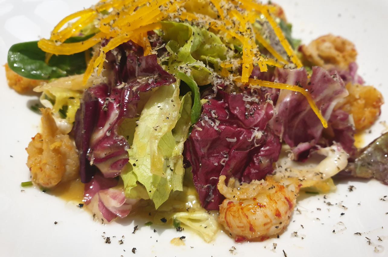 Ensalada de colas de cangrejo, tallarines y rallado de trufa. Foto Guía Repsol