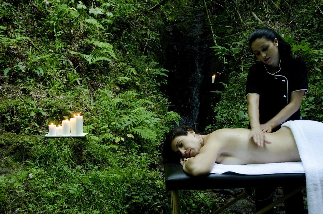 Disfruta de un masaje en plena naturaleza. Foto: Tierra del agua.