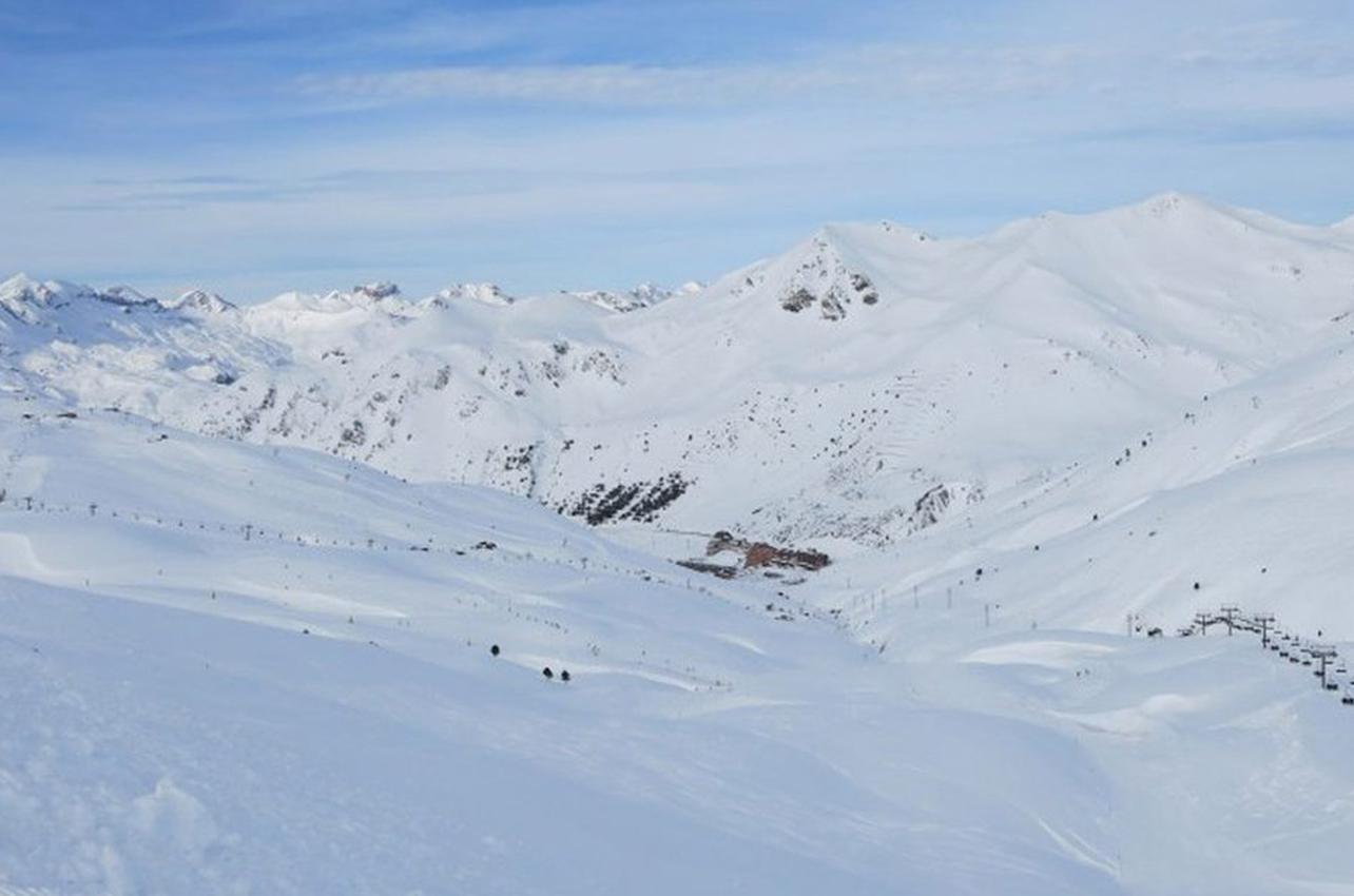 Montañas de nieve en Astún, Jaca.(Foto: Guía Repsol.)