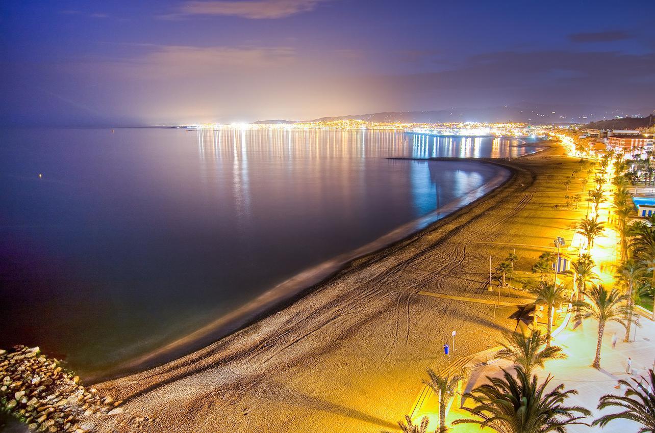 Vista nocturna de la playa de Algarrobo. (Foto: Ayuntamiento de Algarrobo.)