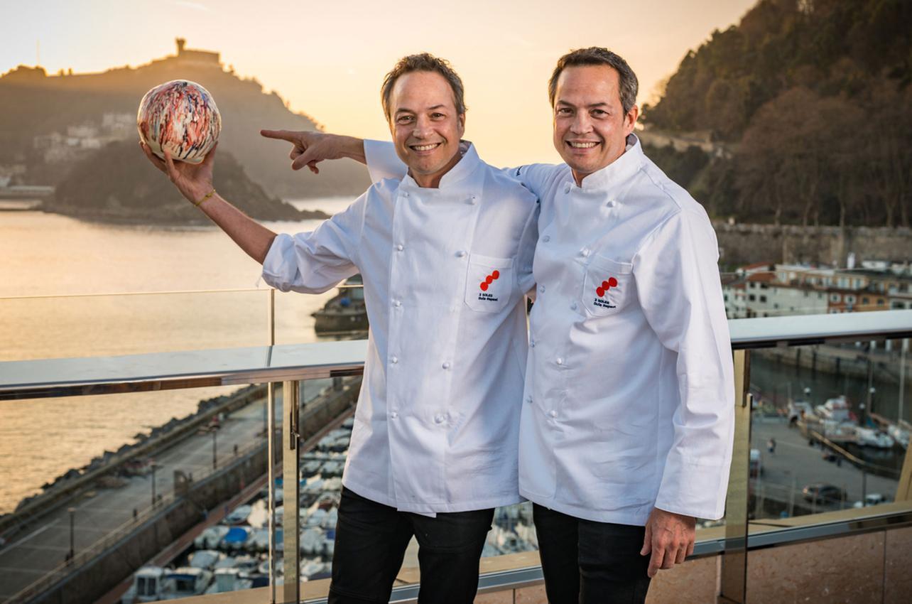 Los hermanos Torrres con sus Tres Soles por Cocina Hermanos Torres, conseguidos por primera vez en 2019.
