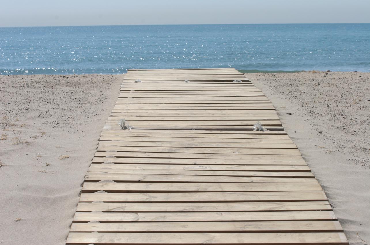 Una de las pasarelas de madera de la Playa de Puçol. (Foto: Ayuntamiento de Puçol.)