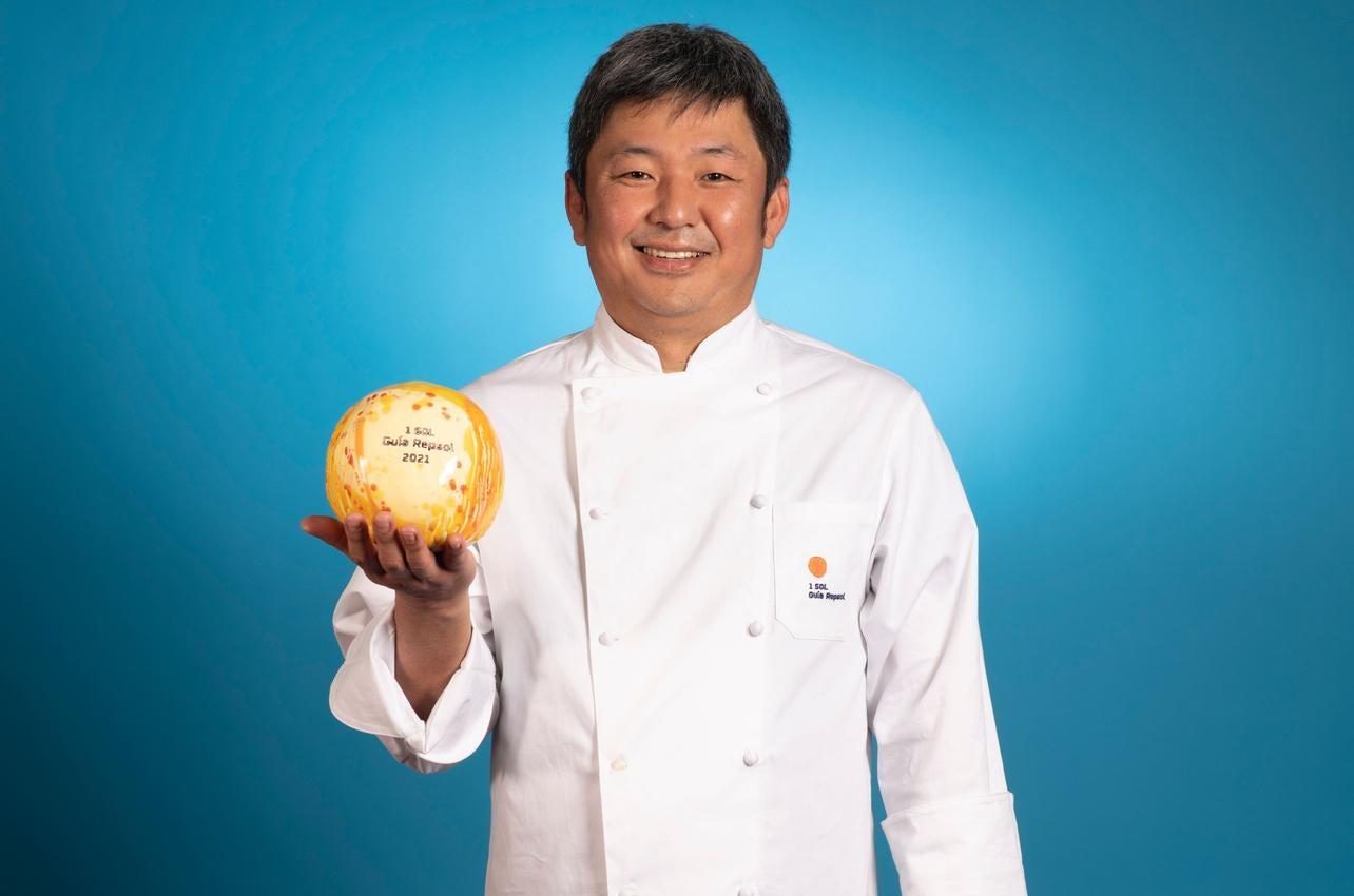Kenji Ueno, con el Sol por Sato i Tanaka, recibido por primera vez en 2021