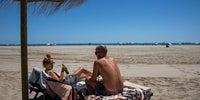 Castellón - Playa del Grao bajo la sombrilla tomando una cerveza
