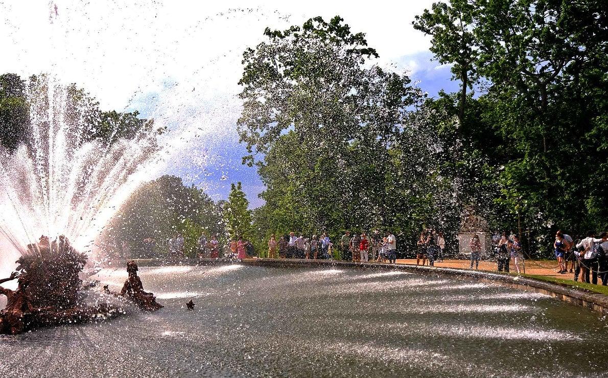 Fuente de Canastillo a su máxima potencia, cuando los chorros forman una sombrilla de agua.