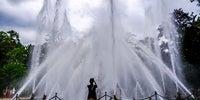 Una mujer intenta fotografiar las formas del agua en Ranas cuando está a su máxima potencia.