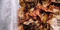 Detalle de un guerrero vencido por el pegaso de la diosa representada en la fuente La Fama.