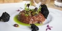 'Steak tartar Premium' con jugo verde de olivas, del restaurante 'Eme Be Garrote', en Donosti (1 Sol Guía Repsol).