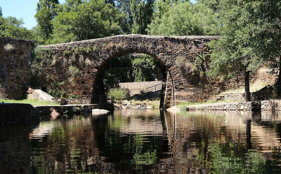 Vista del puente de la Piscina Natural Puente de la Huerta, en el municipio de Gata, donde se ubica el camping de la zona.