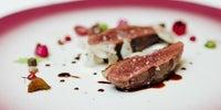 Pichón al carbón con matices vegetales, salsa especiada, grano 'bianco perla' y trufa blanca, del restaurante 'Lasarte', en Barcelona (3 Soles Guía Repsol)