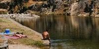 Varias personas en la que supone la segunda piscina destacada de Jevero, en el municipio de Acebo.