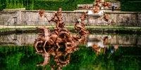 El conjunto escultórico de la Carrera de Caballos, como en cualquier otra fuente, es un regalo para la vista incluso sin estar funcionando.