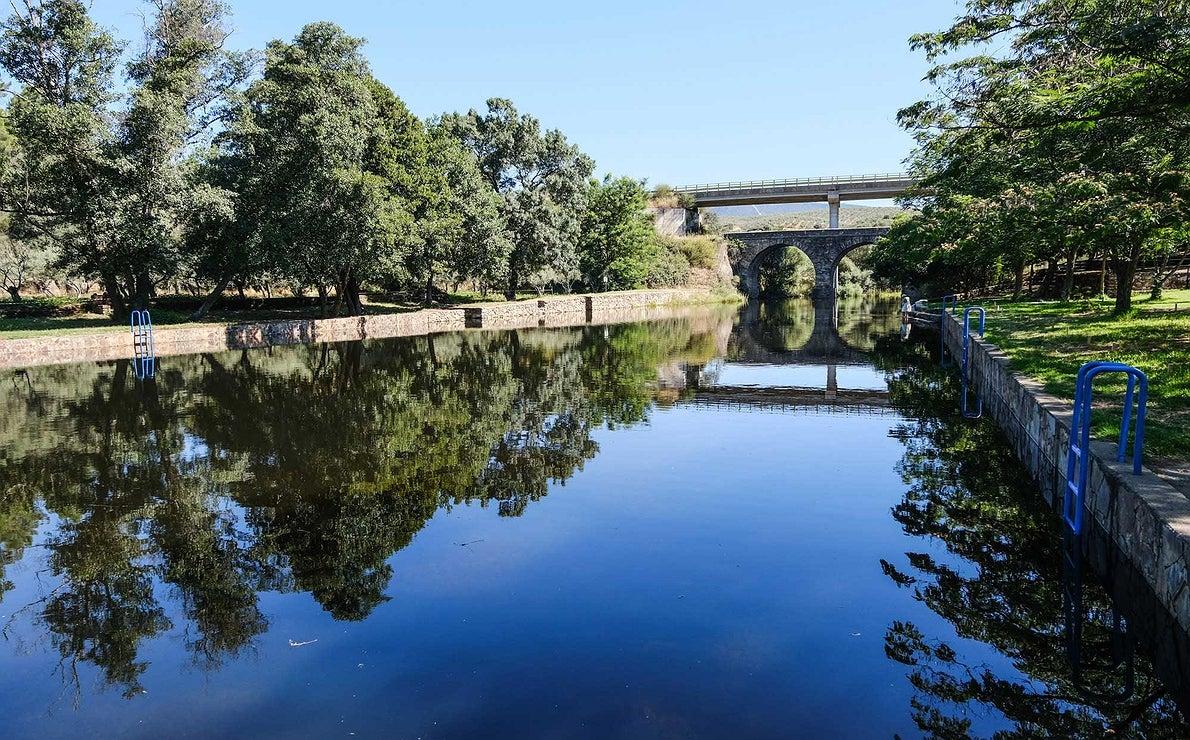 Las aguas de la Piscina Natural La Reinas se ven tranquilas vacía, sin gente bañándose.