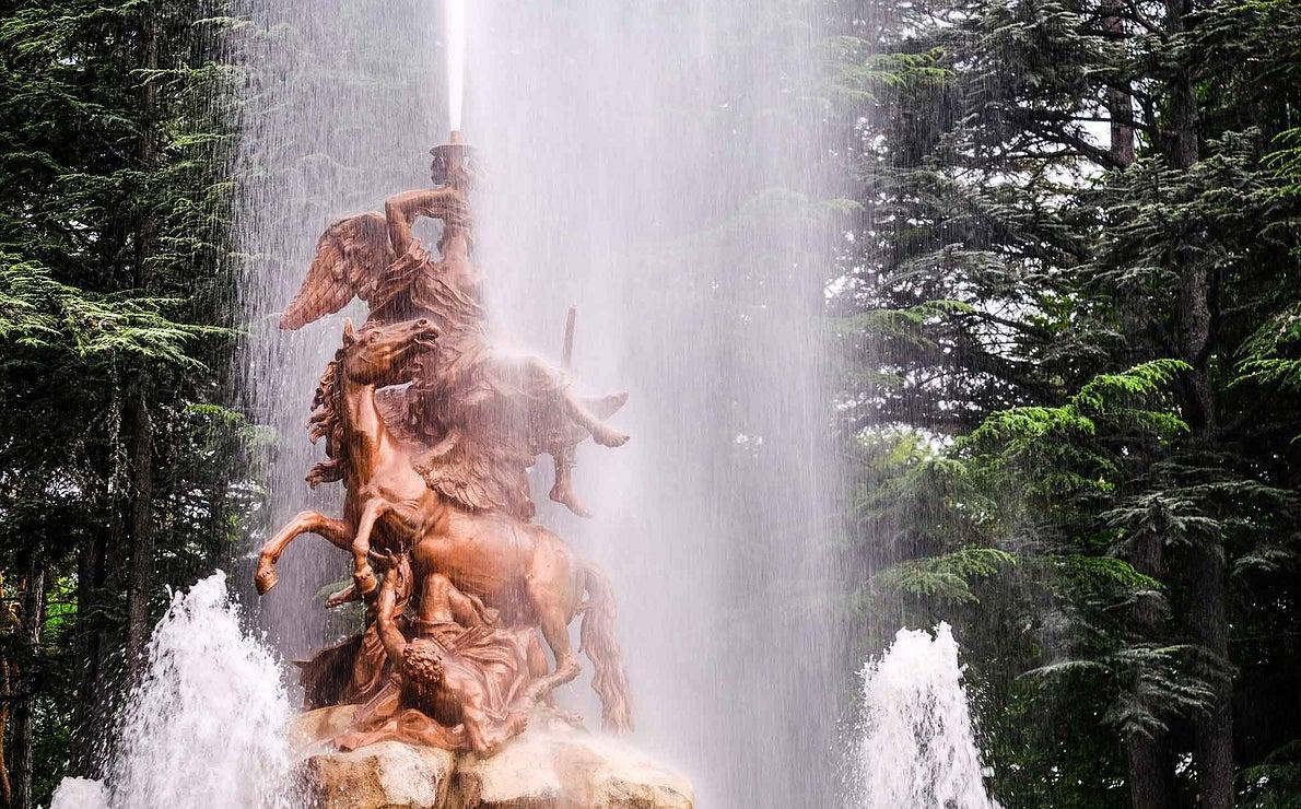 Detalle del conjunto escultórico superior de La Fama, la fuente con el chorro más alto.