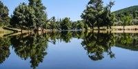 Imagen del charco que supone la piscina Natural Los Pilares en Cadalso, Sierra de Gata, Cáceres.