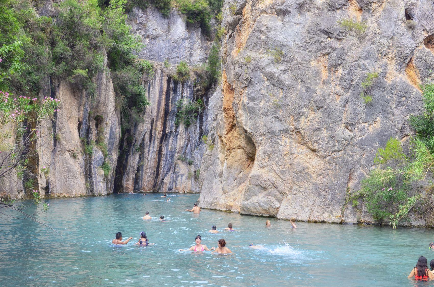 Sus aguas termales minero-medicinales manan de siete caños en las cercanías de la piscina natural.