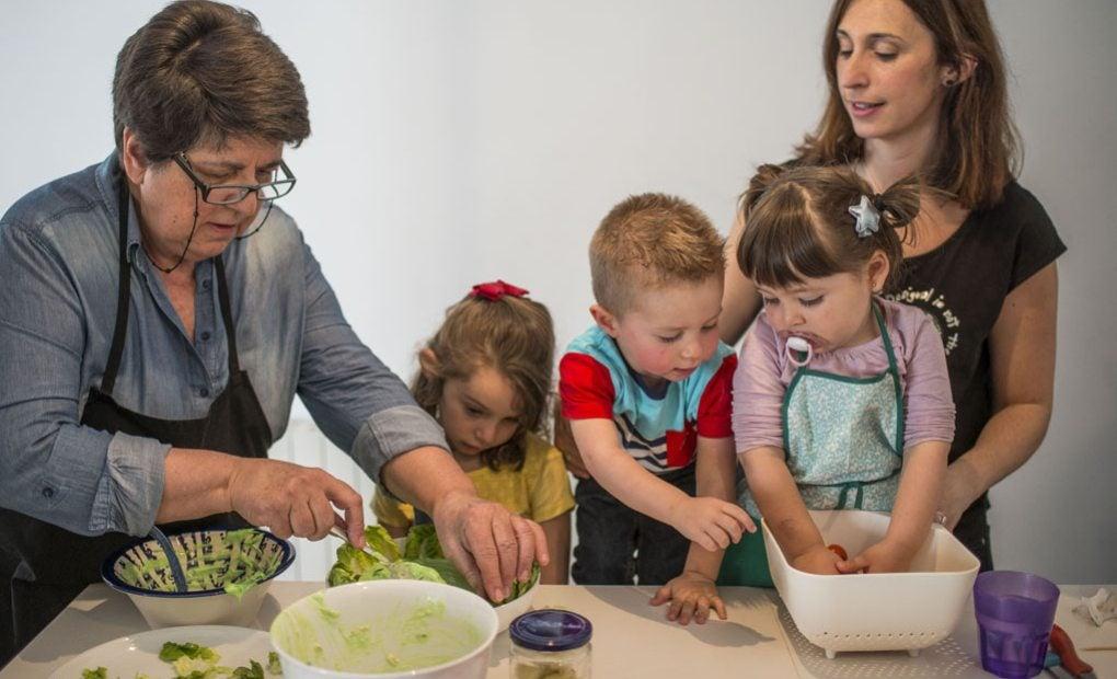 Sara, Hugo y Emilia disfrutan así de la cocina.