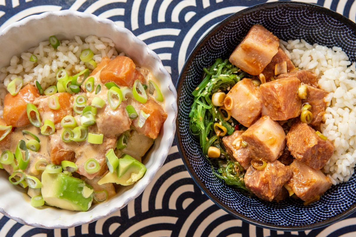 Un poke bowl de atún y otro de salmón listos para comer.