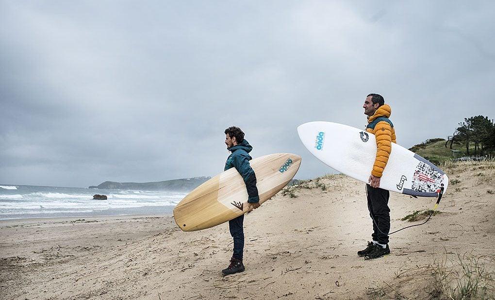 Pablo de la Mora y Arjuna Zapatero, en la playa 'El Rosal'. Foto: Sofía Moro.