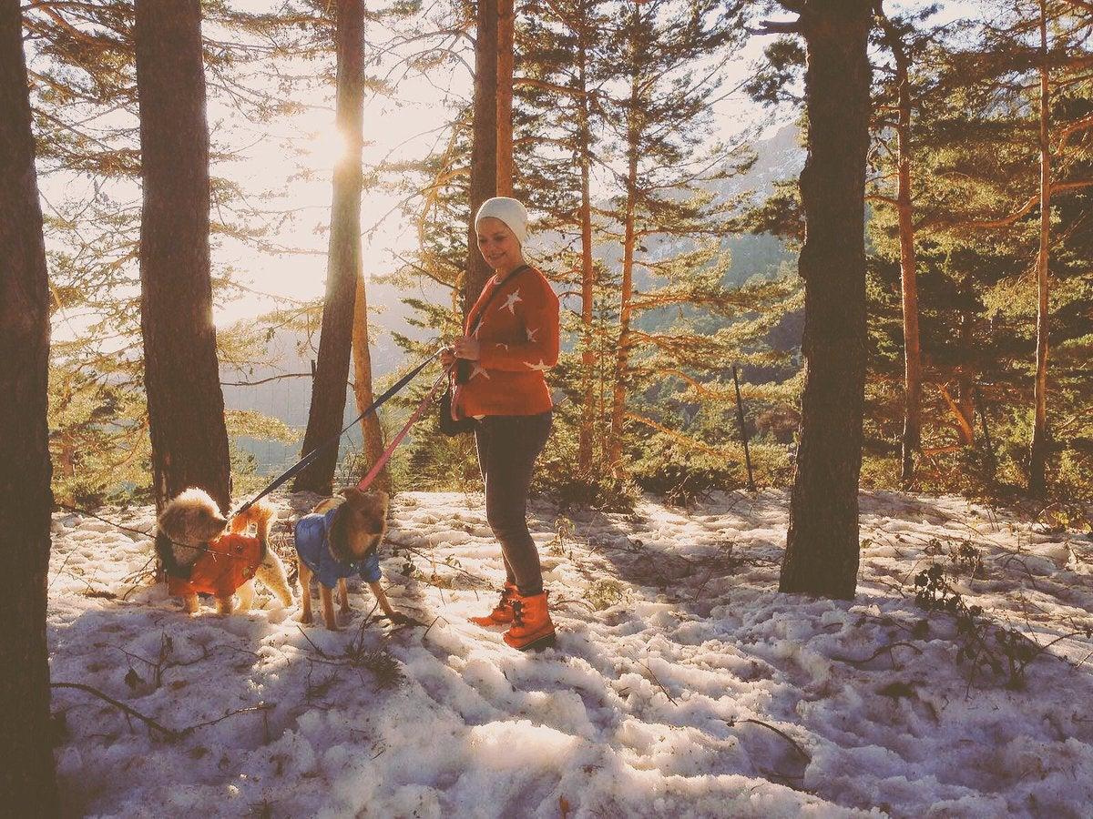 Soraya junto a sus perros en la nieve.