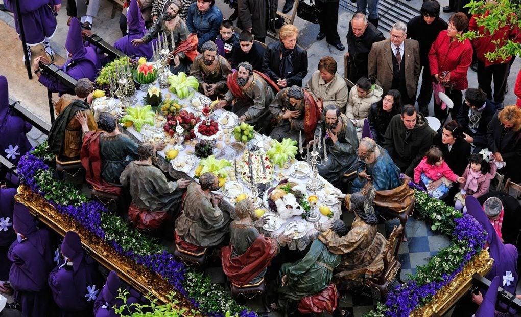 Trono de la Santa Cena pasando por las calles del pueblo.
