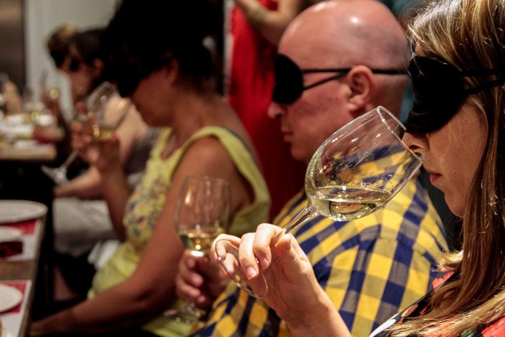 Catando el vino a ciegas.