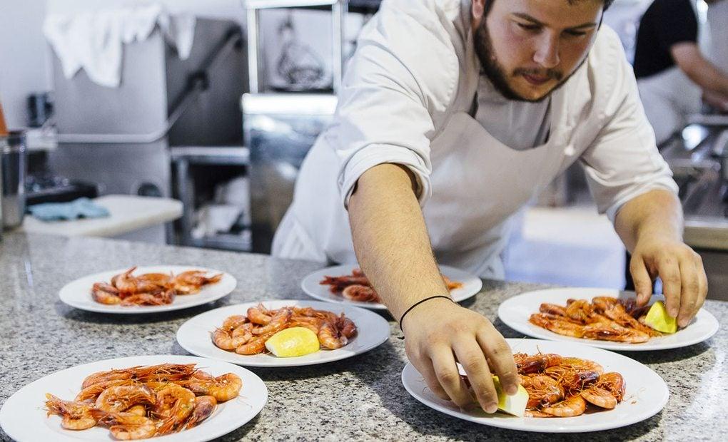 Raciones de gamba roja de Palamós en la cocina del 'Mas dels Arcs'
