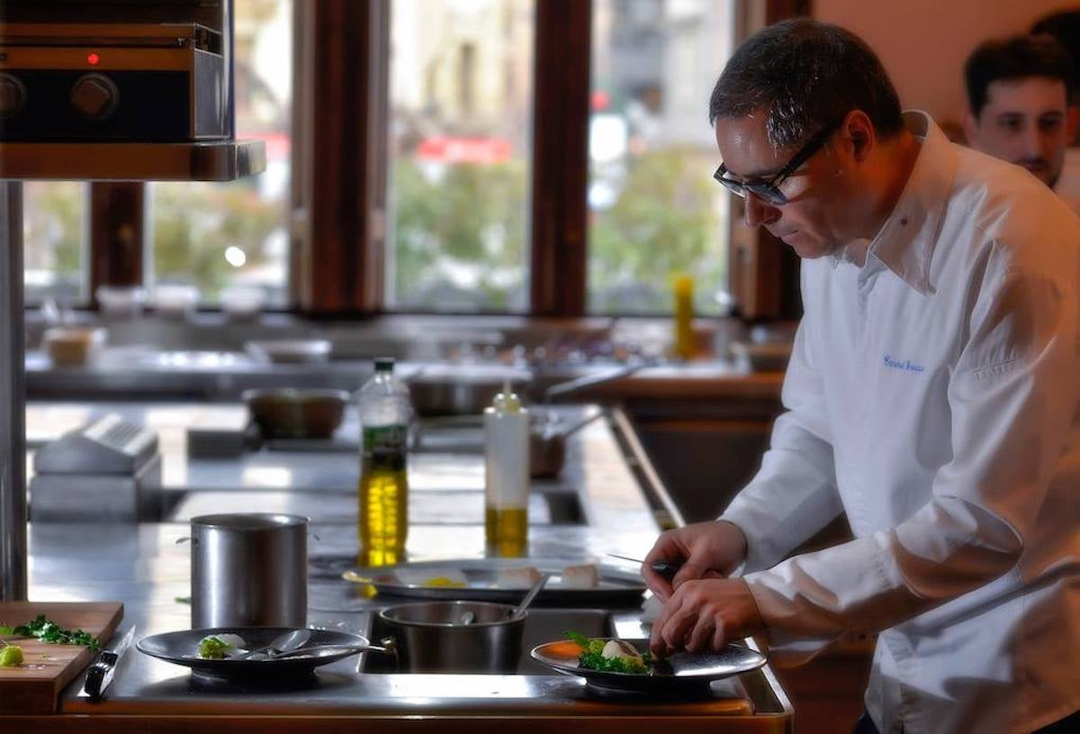 Carmelo Bosque trabajando en la cocina de 'Lillas Pastia'. Foto: Facebook