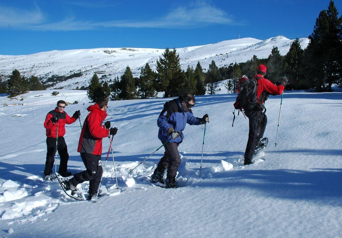 Caminar con raquetas de nieve, una opción que gana cada vez más adeptos. Foto: Marga Estebaranz