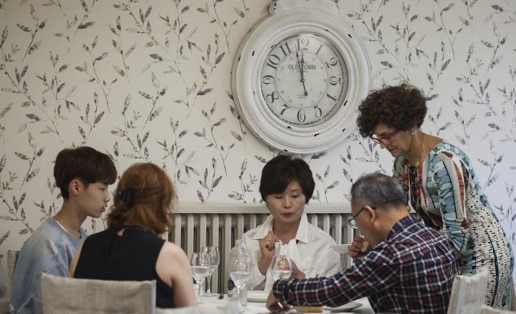 Nuntxi Moreno, propietaria del restaurante atendiendo a los clientes.