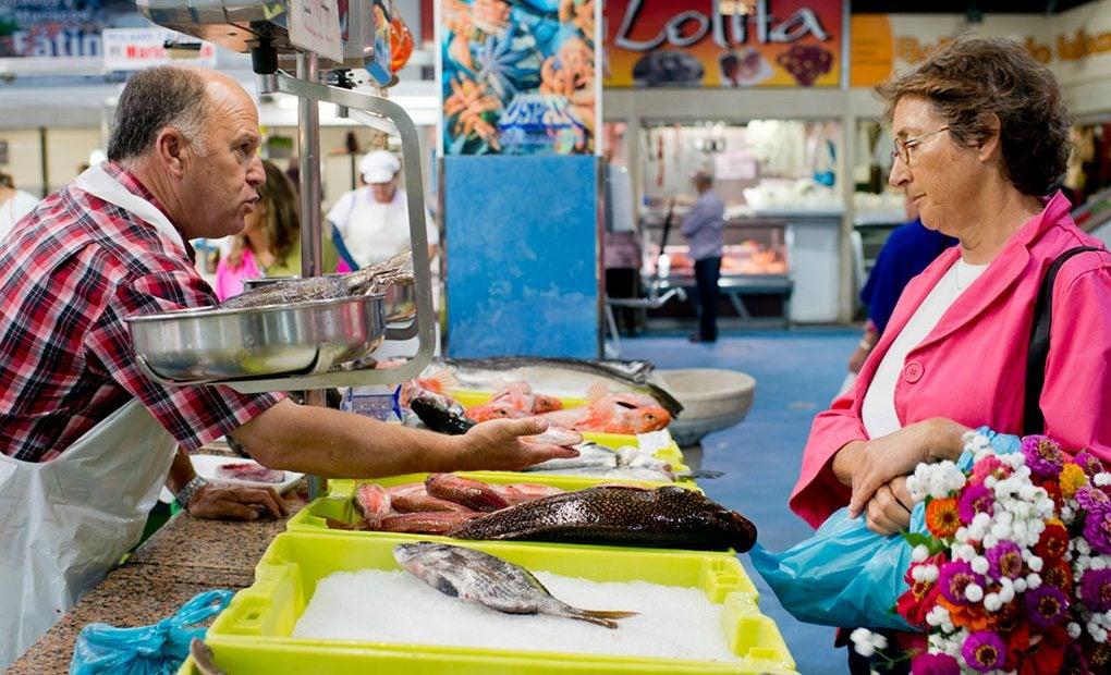 Puesto de pescado de anzuelo en Noia./ Foto: Sofía Moro.