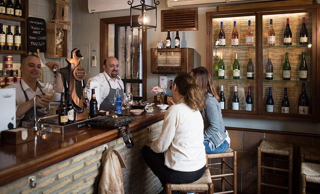 Picoteando algo en el 'Bar Bodeguilla El Jamón'. Foto: Marcos Moreno.