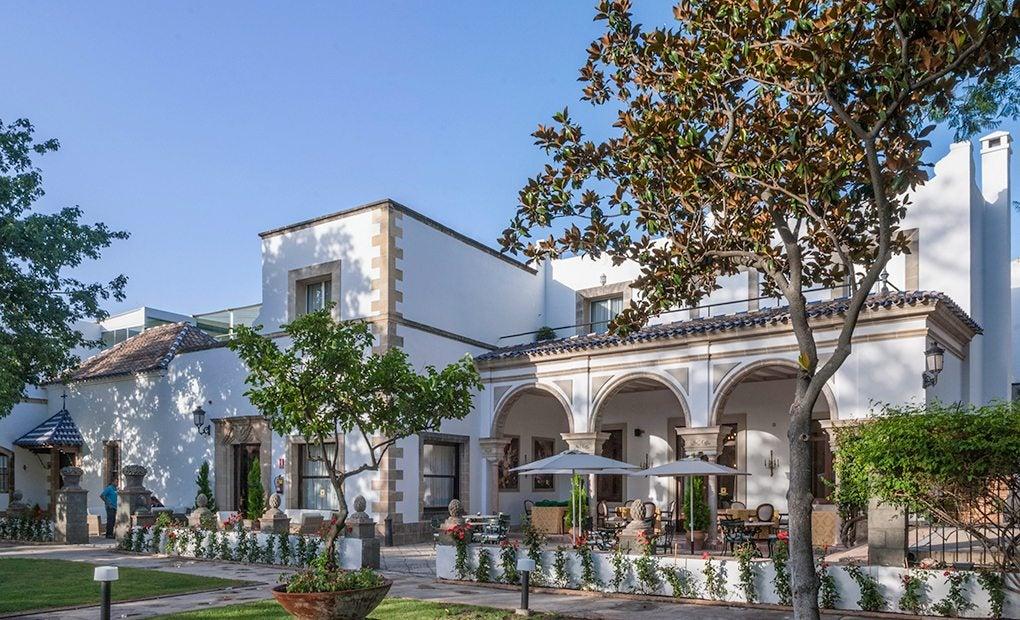 El hotel junto a su espléndido jardín.