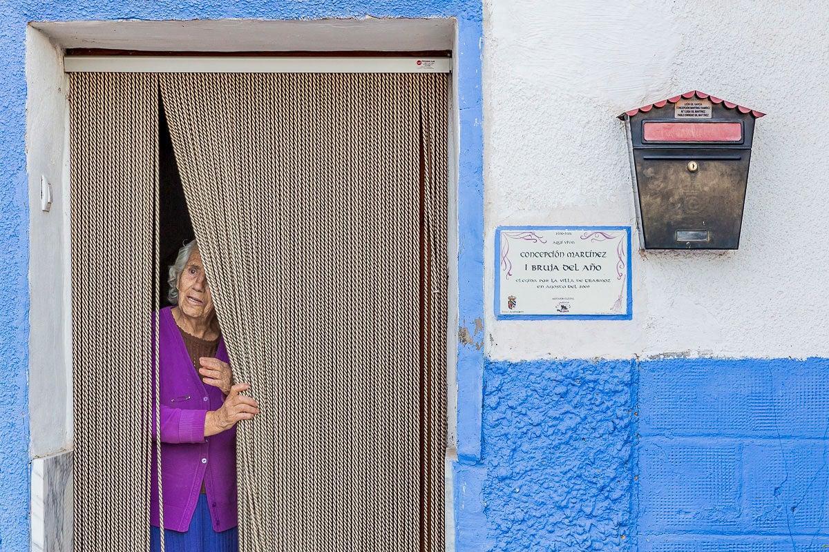 Trasmoz: Concepción Martínez, primera mujer del pueblo en ser nombrada Bruja del Año en 2000. Foto: Ferrán Mallol