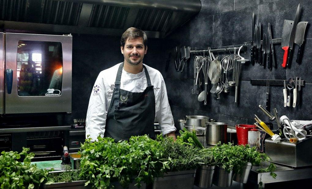 Omar Pérez en la cocina abierta de 'AIE Gastrobar'.