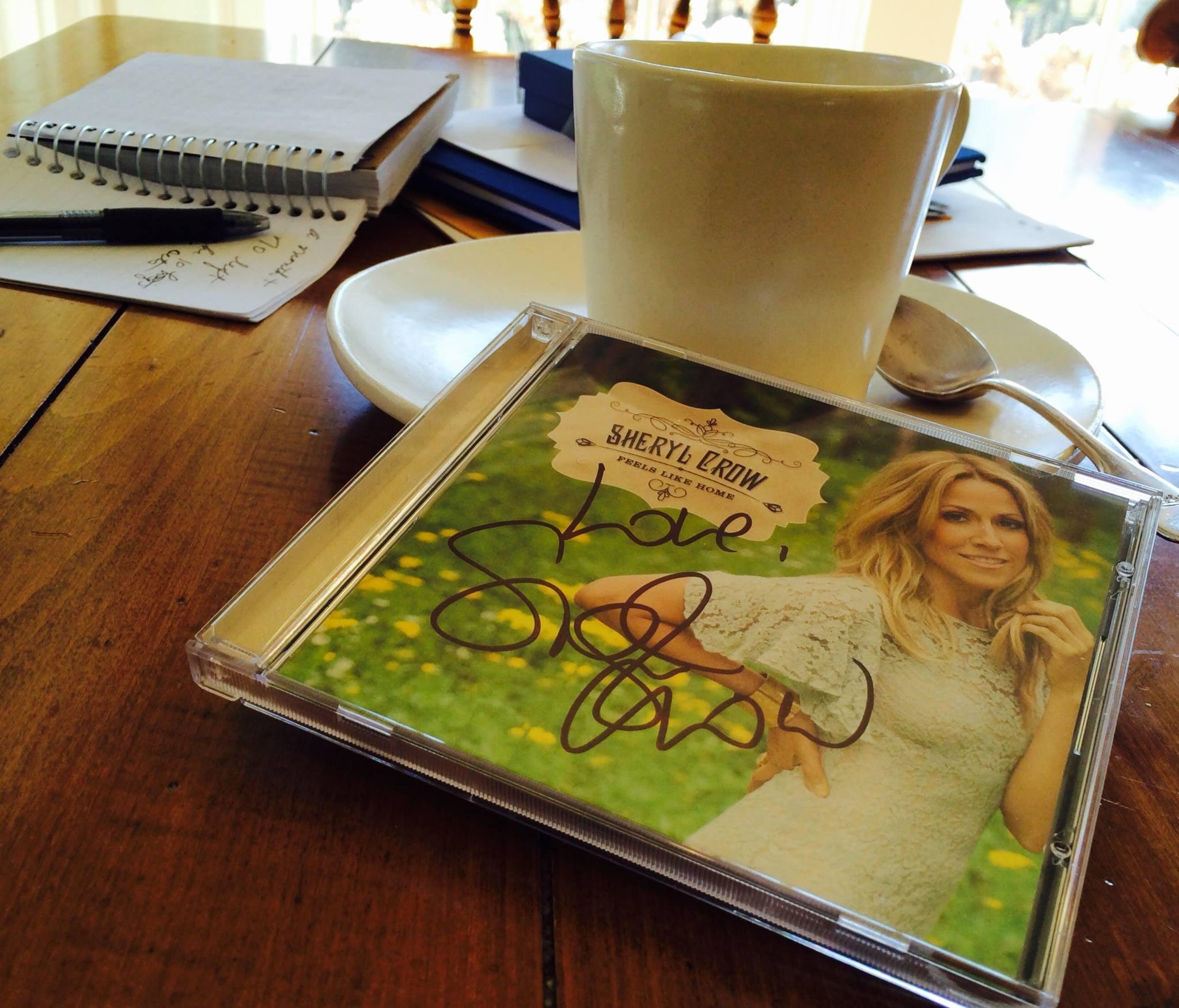 Un disco de Sheryl Crow junto a un café.