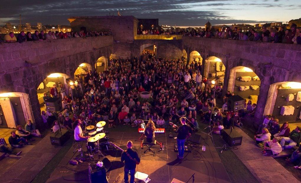 Concierto en el impresionante escenario castillo de San Antón. Foto: Concello de A Coruña.