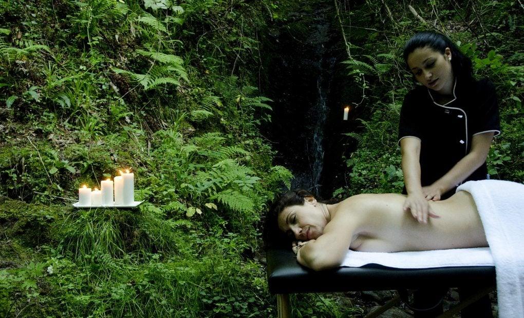 Masajista dando un masaje a una clienta