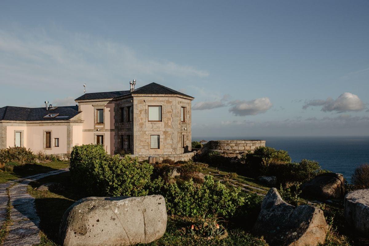 Vista del Hotel Semáforo de Bares, una antigua construcción militar, con el mar de fondo.