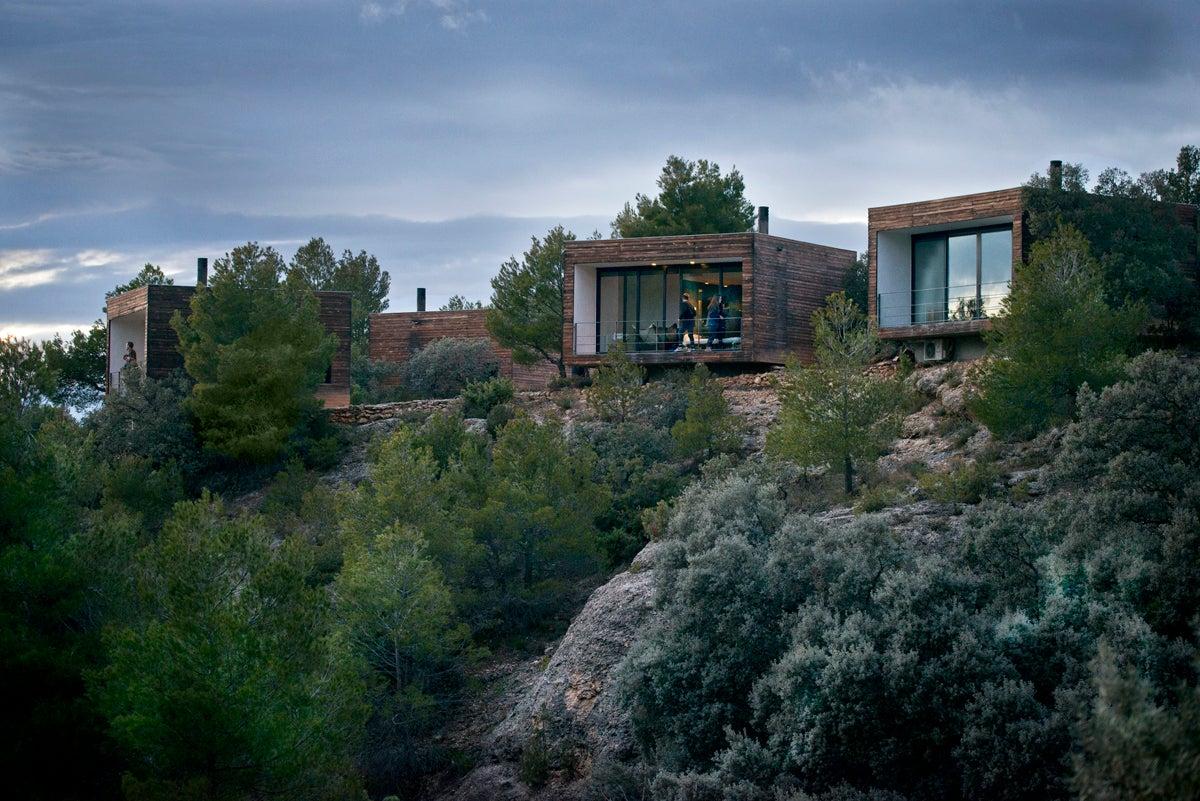 Los cubos integrados en la naturaleza que forman el hotel.