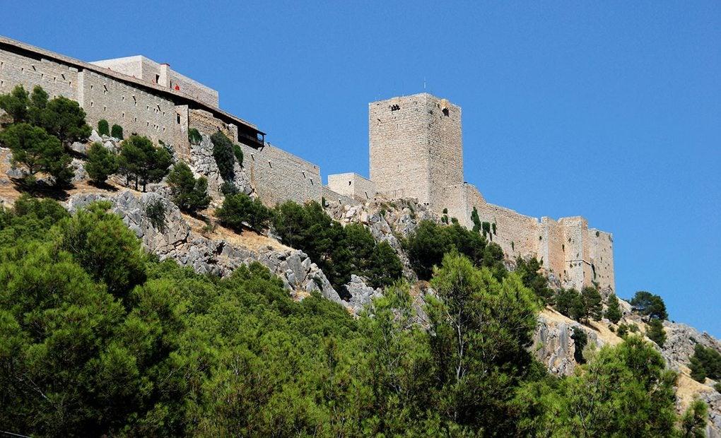 El Castillo de Santa Catalina junto al Parador que lleva su mismo nombre.