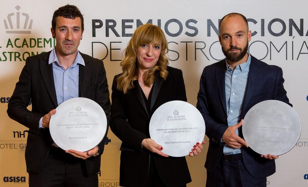 Eneko Atxa junto a Mónica Fernández y Juan Ruiz Henestrosa.
