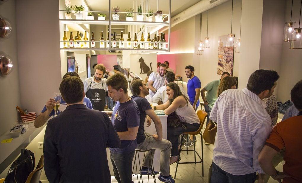 Interior de la cervecería Madriz Hop Republic.