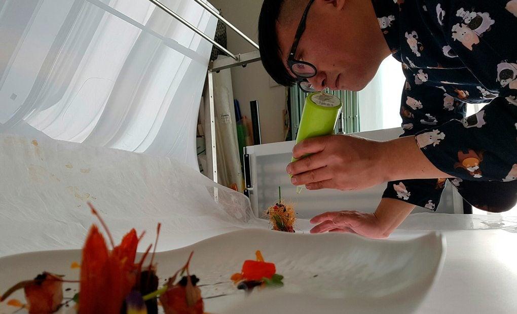 Julio, el chef de Soy Kitchen, dando los últimos retoques a un plato