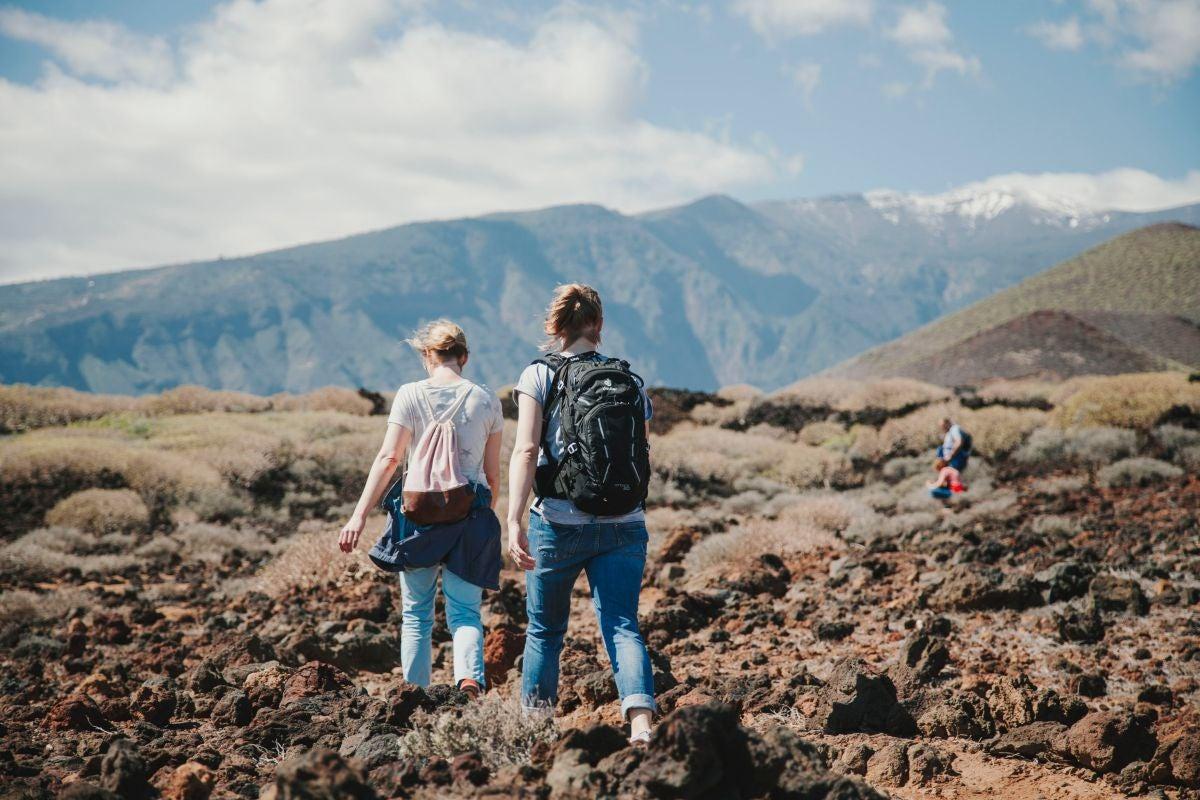 Un paisaje volcánico y las cumbres nevadas acompañan esta ruta junto al mar.