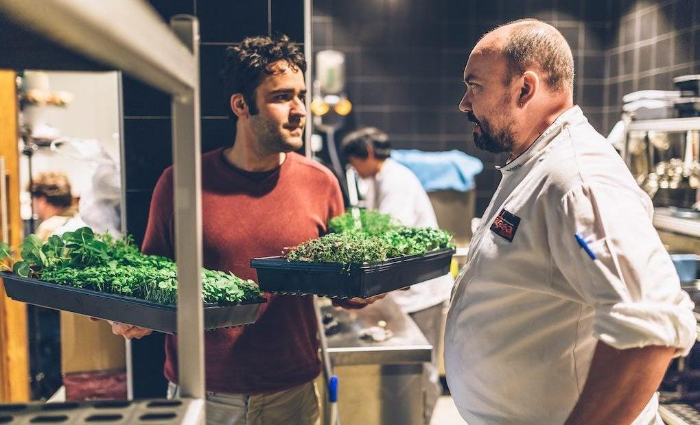 César Martín revisando las hierbas. Foto: Restaurante Lakasa