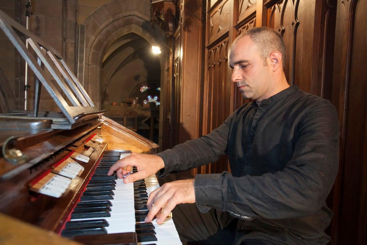 El organista Juan de la Rubia, ofreciendo un concierto en la iglesia cántabra de la Asunción.
